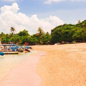 Bali.Sanur.Strand Panorama der traditionellen bunten balinesischen Fischerboote am Strand von Sanur, Indonesien .