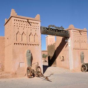 """MA.Ouarzazate.Cinema_Museum Die zwei Eingangstürme zum """"Cinema Museum"""" in Ouarzazat, Marokko"""