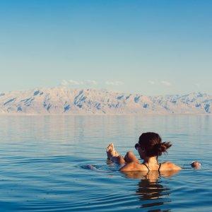 JO.POI.Totes Meer 7 Liegende Frau im Toten Meer