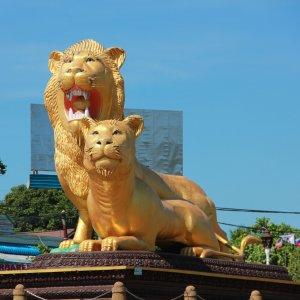 KH.Sihanoukville_Golden_Lion_Circle Der Blick auf zwei goldene Löwen als Kreisverkehr in Sihanoukville, Kambodscha.