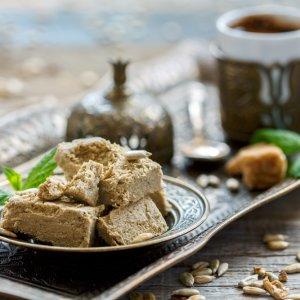 OM.Al_Hamra_Halva Platte mit Halva und Kaffee serviert auf einem Bronzetablett