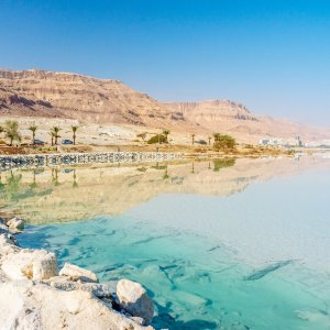 JO.POI.Totes Meer 3 Tote Meer mit Felsen im Hintergrund