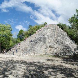 MX.Cobá_Nohoch_Mul-Pyramide Die Nohoch Mul-Pyramide, die von Menschen bestiegen wird
