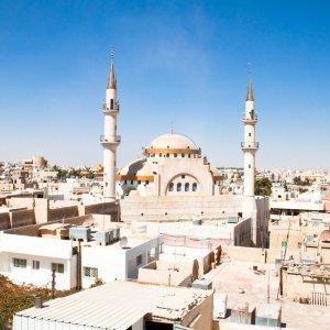JO.Madaba_Moschee Der Blick auf eine islamische Moschee in Madaba, Jordanien.