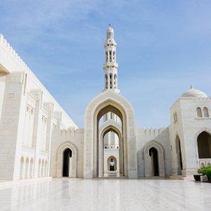 """OM.Muscat.Sultan_Qabus_Moschee Blick auf die imposante Architektur im inneren der """"Große Sultan-Qabus-Moschee"""""""