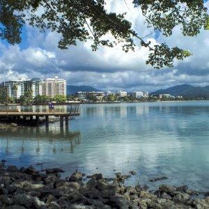 AU.Cairns Der Blick auf die Uferpromenade von Cairns.