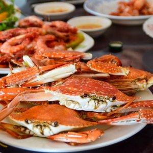 KH.Kep_Krabben Der Blick auf gebratene Krabben in Kep, Kambodscha.