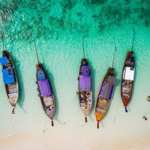 TH.AR.Krabi Boote Vier traditionelle Longtail Boote aus Vogelperspektive