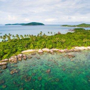 VN.Phu_Quoc Der Blick auf einen grünen Küstenabschnitt der Insel Phu Quoc.