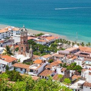 MX.Islas_Marietas_Nationalpark_Puerto_Vallarta Die Stadt von Puerto Vallarta mit Blick über Häuser und Strand