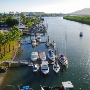 AU.Cairns_Hafen Der Blick auf einen Hafen in Cairns.