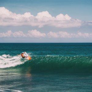 Bali.Canggu.Surfen Surfer reitet eine Welle in Canggu, Bali