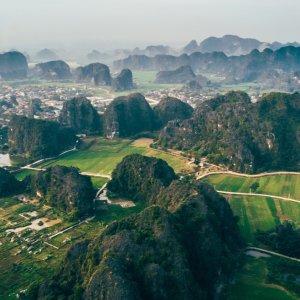VN.Ninh_Binh Der Blick von oben auf die trockene grüne Halong Bucht Vietnams.