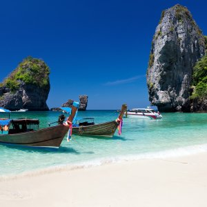TH.AR.Ko Phi Phi Main Zwei Longtail Boote im Meer bei Tag