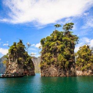 TH.AR.Khao Sok Nationalpark Felsen Drei Felsen, die aus den Meer herausragen
