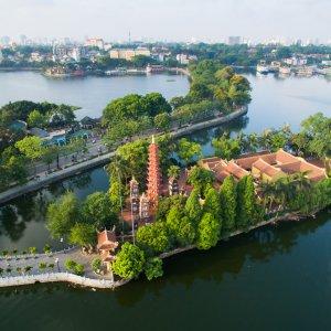 VN.Hanoi_Tran_Quoc_Pagode Der Blick von oben auf die Tran Quoc Pagode umgeben von grünen Bäumen und Wasser.