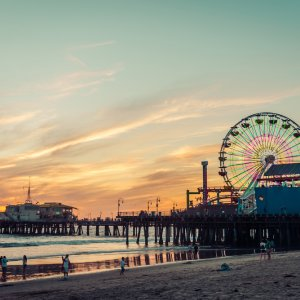 US.POI.Santa Monica Pier Blick auf den Santa Monica Pier bei Sonnenuntergang