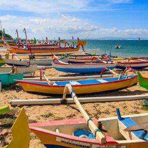 Bali.Sanur.Fischerboote Bunte, traditionelle balinesischen Fischerboote am Strand von Sanur, Bali
