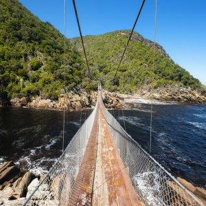 ZA.Tsitsikamma-Nationalpark Hängebrücke Blick auf eine Hängebrücke bei Tag