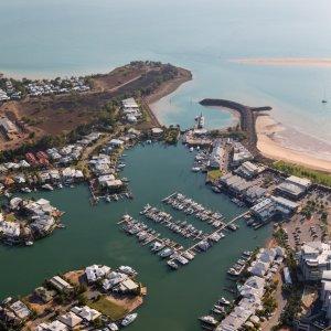AU.Darwin_Cullen_Bay Ein Luftbild von Cullen Bay, Darwin mit Yachthafen, Wohngebieten und Felswand.