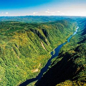 CA.Quebec.Jacques_Cartier_National_Park Fluss durchkreuzt den Jacques-Cartier-National-Park in der Region Québec, Kanada