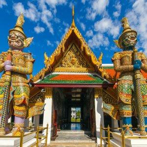"""Eingang der Tempelanlage """"Wat Phra Kaeo"""" auf dem Gelände des Grand Palace in Thailand"""