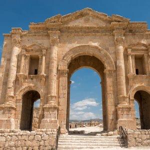 JO.Gerasa Hadriansbogen Der Blick auf den Hadriansbogen in der historischen Stätte Jerasch, Jordanien.
