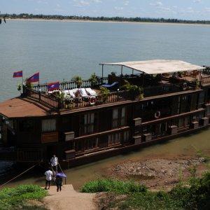 LA.Champasak_Mekong Der Blick auf ein Reiseschiff auf dem Mekong in der Nähe der Stadt Champasak, Laos.
