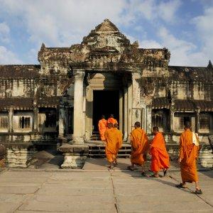 KH.Angkor_Wat_Tempel_Mönche Die Mönche des Klosters vor der Tempelanlage