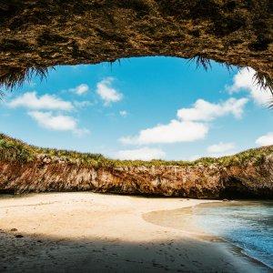 MX.Islas_Marietas_National_Park Der Love Beach liegt in einem Loch am Ende eines Gebirgstunnels der Insel
