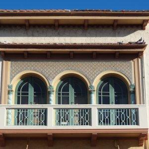 NZ.Napier_Art_Deco Der Blick auf einen Balkon im Art-déco-Stil.