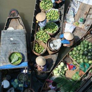 VN.Cai_Be_Floating_Market Markthändler auf ihren vollgepackten Booten auf dem Cái Bè Floating Market in Vietnam