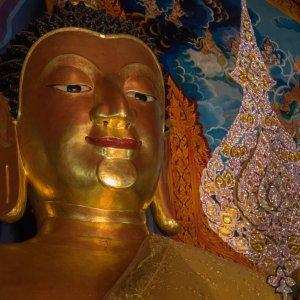 """Große Buddha Statue in der Tempelanlage """"Wat Doi Suthep"""" in Thailand"""