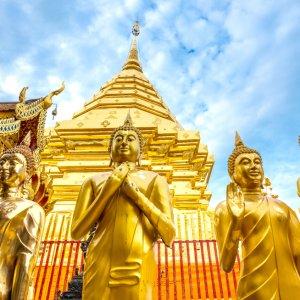 """Goldene Buddha-Statuen am Rande der Chedi im """"Wat Doi Suthep"""" in Chiang Mai"""