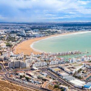 MA.Agadir Luftaufnahme der Hafenstadt Agadir in Marokko