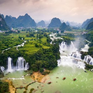 """VN.Ban_Gioc_Detian_Wasserfaelle Der stürzende Wasserfall """"Ban Gioc Detian"""" auf der Grenze von Vietnam und China."""