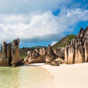 SC.Curieuse_Island_Granitfelsen Der Blick auf Granitfelsen am Strand.