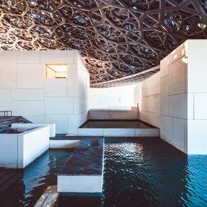 UAE.Louvre_Abu_Dhabi_Indoor_Wasserbecken Die Wasserbecken im Inneren des Museums