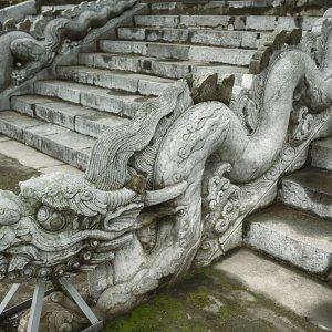 VN.Zitadelle_Thang_Long_Treppe Steinerne Drachenskulpturen an den Treppen der Zitadelle Thang Long in Hanoi