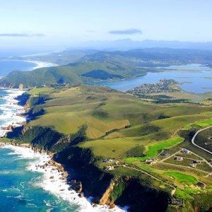 ZA.Knysna Luftaufnahme der grünen Küstenlandschaft und Umgebung der Knysna in Südafrika