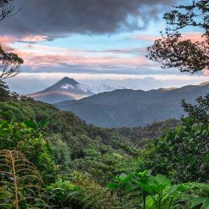 CR.Monteverde_Santa_Elena Der Blick über die tropisch-grüne Vulkanlandschaft Costa Ricas.