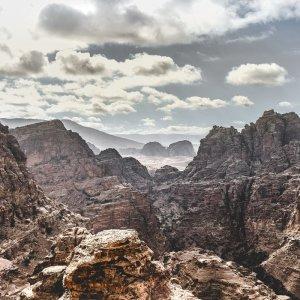JO.POI.Petra 2 Blick über die Steinfelsen