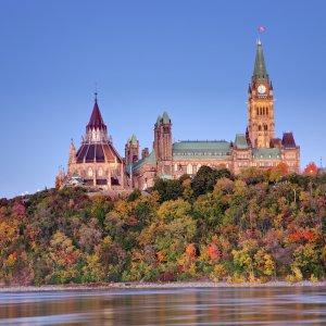CA.Ottawa.Parlament Blick auf das Parlament von Ottawa auf einem Hügel mit herbstlich gefärbten Bäumen