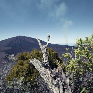 """RE.Piton_de_la_Fournaise_Rauch Blick aus weiter Ferne auf den rauchenden """"Piton de la Fournaise"""" in La Réunion"""