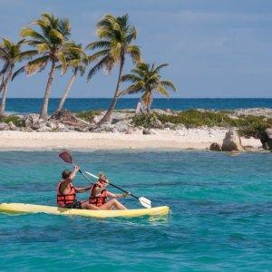 MX.AR.Riviera Maya Kanu Zwei Personen in einem Kanu auf dem Meer