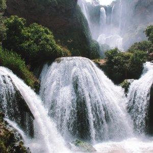 MA.Ouzoud_Faelle_Olive Kleines Wassergefälle vor der Kullisse der großen Ouzoud-Fälle