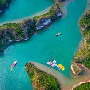 VN.Halong_Bay_Arial_View Ein kleines Buchtareal der Halong-Bucht in Vietnam aus der Vogelperspektive.