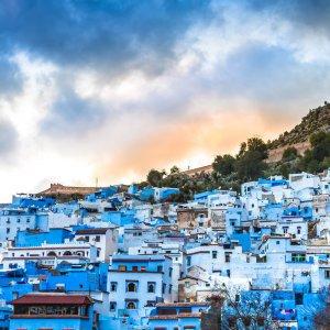 """MA.Chefchaouen Panorama View auf die Blaue Stadt """"Chefchaouen"""" vor der Kulisse des Rif-Gebirge in Marokko"""