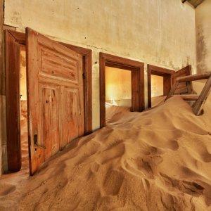 NA.POI.Kolmanskop 1 Blick in ein mit Sand gefülltes Gebäude