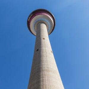 CA.Calgary.Tower Der Calgary Tower in Kanada aus der Froschperspektive